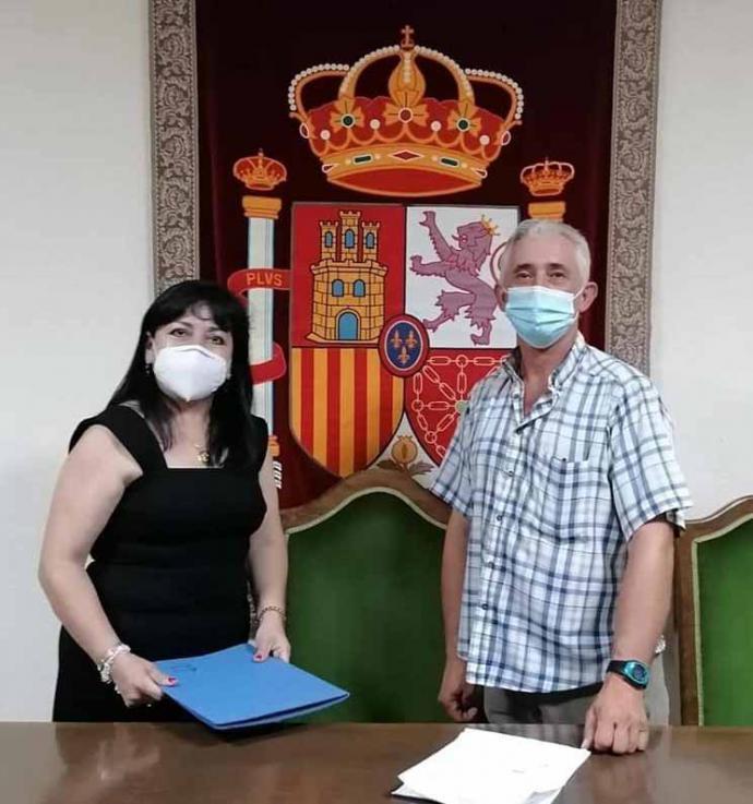 Isabel Jenny Tello Límaco con el alcalde de Carmena (Toledo) Marcial García Fernández, en su toma de posesión.