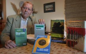 En la foto de archivo José Antonio Sierra, en su casa de Málaga, rodeado de libros y diccionarios.Arciniega