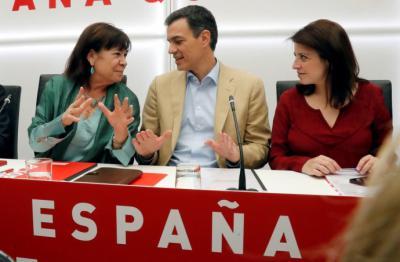 Sánchez, junto a la presidenta del partido, Cristina Narbona (i), y la vicesecretaria general, Adriana Lastra (d).