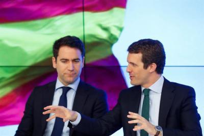 El secretario general del PP, Teodoro García-Egea (i) , conversa con el presidente del PP, Pablo Casado
