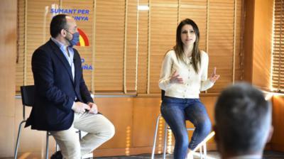 La número 2 de la lista del PP a las elecciones catalanas y exportavoz de Cs en Cataluña, Lorena Roldán, acompañada del presidente del PP en Catalunya, Alejandro Fernández.
