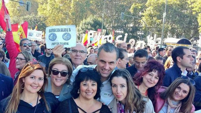 Carmen Gomis (en el centro), presidenta de TúPatria, junto a Ortega Smith y otros antiguos compañeros de Vox