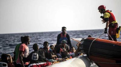 Una lancha del barco de Open Arms acude al rescate de 59 personas en el Mediterráneo. OLMO CALVO