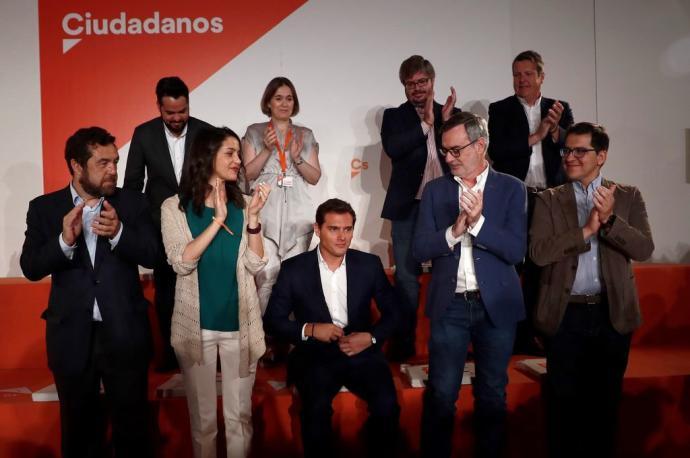 Rivera recibe el aplauso de parte de la Ejecutiva de Ciudadanos.