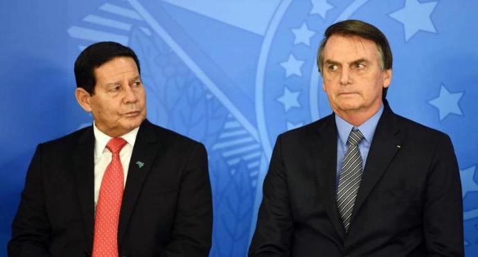 El vicepresidente de Brasil  Hamilton Mourão junto a Jair Bolsonaro