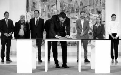 Sánchez e Iglesias sellan el salario mínimo de 950 euros respaldados por la patronal y los sindicatos