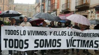 Manifestación de las víctimas de abusos ante el Obispado de Astorga