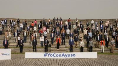 Foto de familia de la presentación de la candidatura de Isabel Díaz Ayuso.Tarek