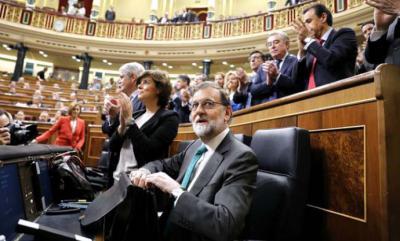 El presidente del Gobierno, Mariano Rajoy, ovacionado por los populares a su llegada al debate de la moción de censura. MARTA JARA