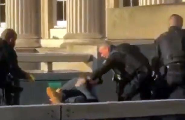 La policía intentando reducir al sospechoso momentos antes de los disparos