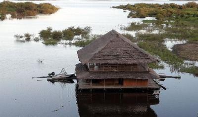 Casa sobre el río Amazonas...