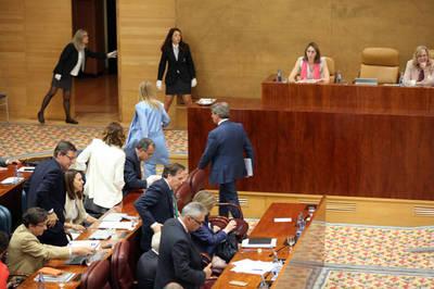 Cifuentes, su Gobierno y el PP abandonan el pleno de la Asamblea por las acusaciones de corrupción de Podemos