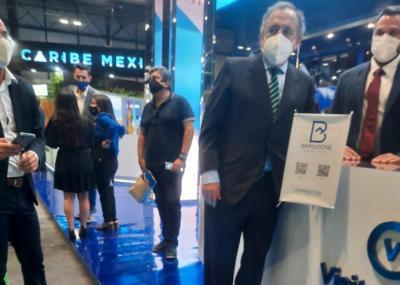 El señor Ricardo Alfonsín, Embajador de la República Argentina en España,  en el Stand de Argentina en FITUR