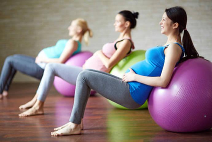 El ejercicio moderado protege y mejora el bienestar de la madre y el feto