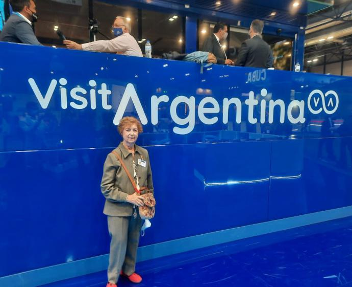 La autora de este artículo en el stand de Argentina