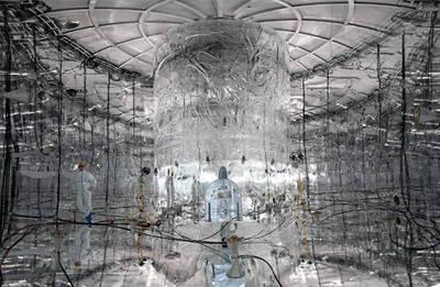 Las paredes internas del tanque de agua del experimento GERDA están cubiertas por una lámina reflectante que mejora la detección de la luz