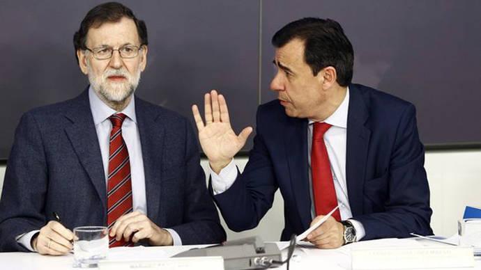 El presidente del Gobierno, Mariano Rajoy, junto al coordinador general del PP, Fernando Martínez Maillo