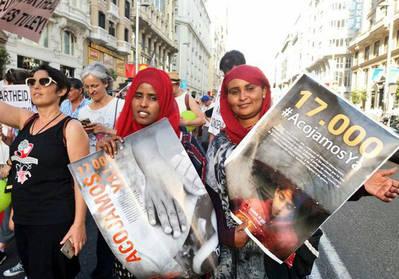 Naimo camina junto con otra compañera somalí en la manifestación por la acogida de los refugiados