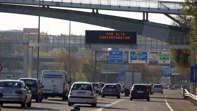 Panel con avisos por contaminacion en Madrid