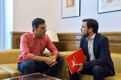 Sánchez se compromete ante Garzón a apoyar la despenalización de la eutanasia y la reforma electoral