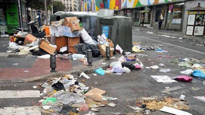 FOTO DE ARCHIVO. La céntrica Plaza de la Puerta de los Moros en el tercer día de huelga de trabajadores de limpieza en Madrid en 2013