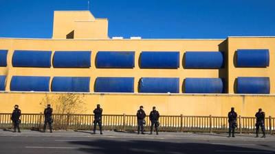 Policías en el Centro de Internamiento de Aluche, Madrid