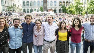 De izquierda a derecha: Lorena Ruiz-Huerta, Ramón Espinar, Íñigo Errejón, Irene Montero, Pablo Iglesias, Dina Dousselham, Isabel Serra y Julio Rodríguez, el pasado 2 de mayo