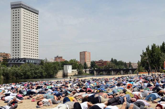 Miles de personas en Valladolid en recuerdo de los 5000 refugiados ahogados