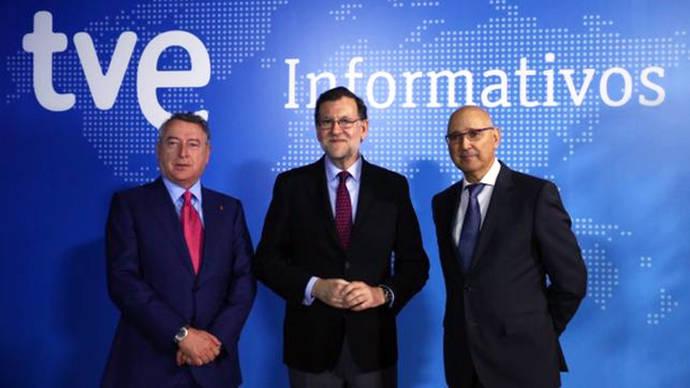 El presidente de TVE, José Antonio Sánchez, con Mariano Rajoy y el director de informativos, José Antonio Álvarez Gundín