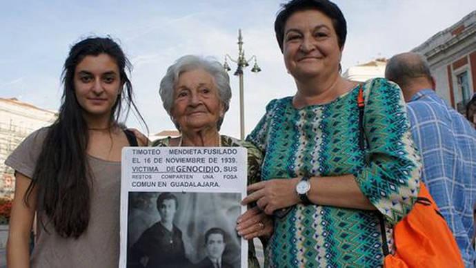 Foto de Asunción Mendieta Ibarra, su hija y una de sus nietas