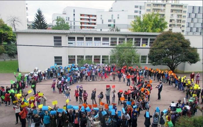 Estudiantes realizan el símbolo de la Noviolencia