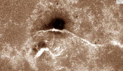 Detalle de una mancha y una fulguración, fenómenos típicos de la actividad solar