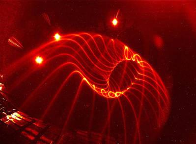 Visualización de líneas de campo en una superficie magnética dentro del stellarator Wendelstein 7-X