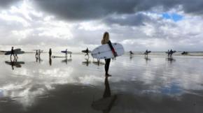 Aprende a hacer surf con toda la familia este verano