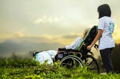 ¿Qué servicios mejoran el bienestar del adulto mayor?