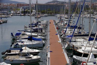 Conoce a las mejores distribuidoras de plataformas flotantes de España
