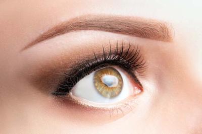 Hacer compatibles las lentillas y el maquillaje no es imposible