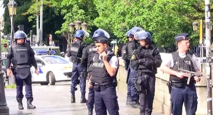 Un hombre ataca con un martillo a un policía junto a la catedral de Notre Dame de París