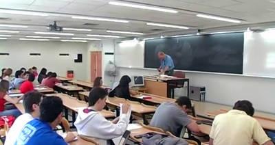 Estudiantes universitarios. El Gobierno de la Comunidad de Madrid ha decidido a través de Decreto el aumento de hasta un 100% de las tasas para los extracomunitarios