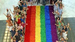 La bandera confeccionada por los vecinos y vecinas y que colgará de la fachada del Ayuntamiento el próximo 28 de junio.