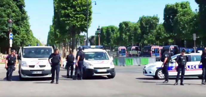 Un vehículo con explosivos estalla tras embestir a un furgón policial en los Campos Elíseos de París