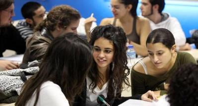 Varios estudiantes se relajan entre clase y clase