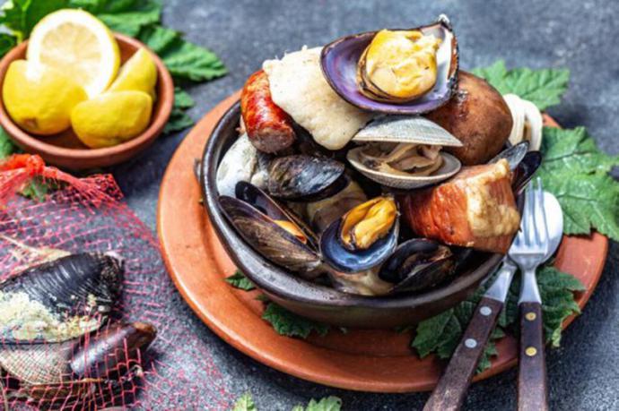 Curanto chileno, a base de pescados, mariscos, carnes y verduras...