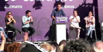 Íñígo Errejón saluda a los asistentes al mitin del 2 de mayo, junto a Irene Montero y Pablo Iglesias