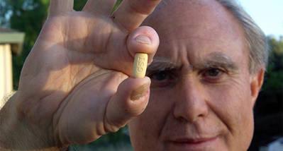 Un hombre porta una dosis de Sovaldi para la hepatitis C