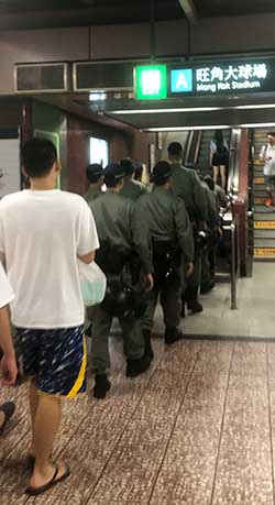 Fuerzas de represión, en el metro, acudiendo a la concentración (M.H.B.)