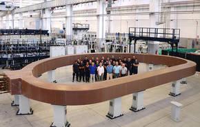 El imán mide 13 m de largo, 9 m de ancho y pesa unas 300 toneladas, tanto como un Boeing 747