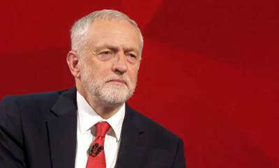 Jeremy Corbyn no hace el gesto de bajar la cabeza ante la reina
