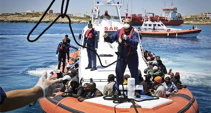 Un grupo de subsaharianos llegando a Lampedusa en una imagen de archivo