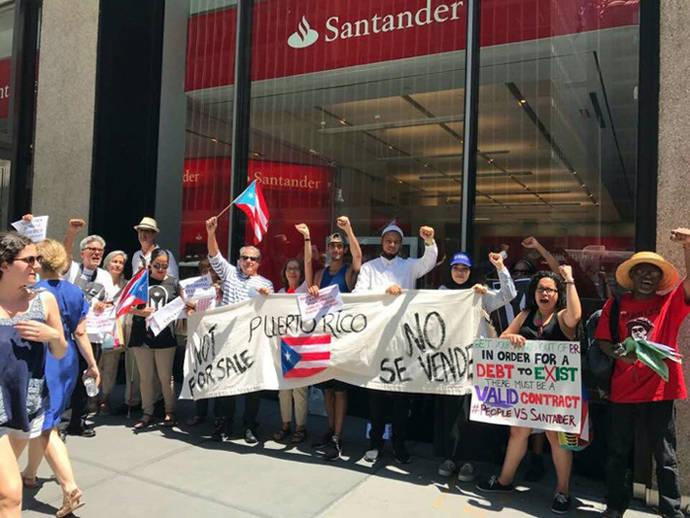 Un grupo de manifestantes frente a una sucursal del Banco Santander en Puerto Rico